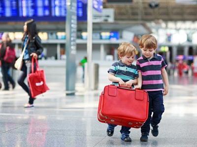 10 lưu ý về thủ tục đi máy bay cho trẻ em và những điều cần biết khi đi máy bay